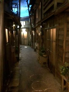 The back alleys remind me of some of the old Stargate sets.